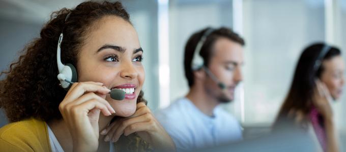 Mensen ontvangen een persoonlijke telefonische uitnodiging voor een bedrijfsevent.
