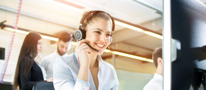 Medewerker van een contact center verwelkomt telefonisch nieuwe klanten.